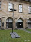 Bamberg, Domkreuzganggarten - Kapitelsgrablege - Gestaltung, -Friehofskreuz-, Bronze 1990