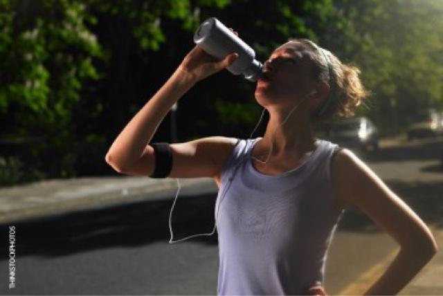 Moça bebendo água