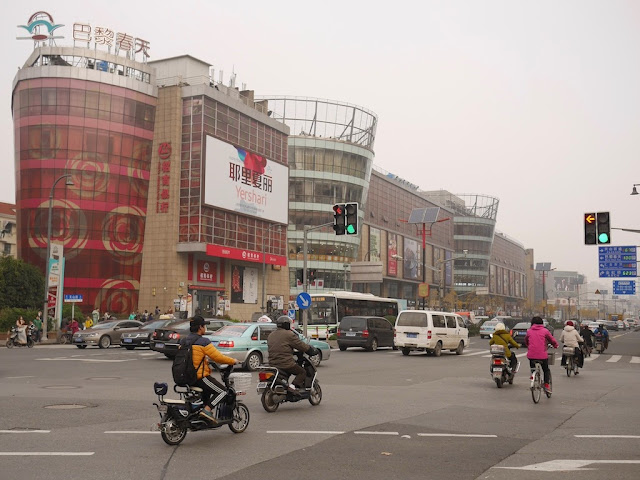 vehicles passing the Hongxin Fashion Plaza in Shanghai