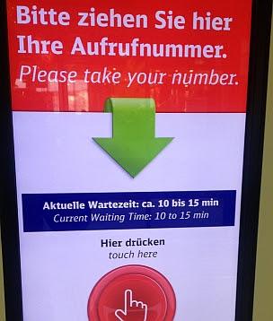 Deutsche Bahn: Bitte ziehen Sie hier Ihre Aufrufnummer.