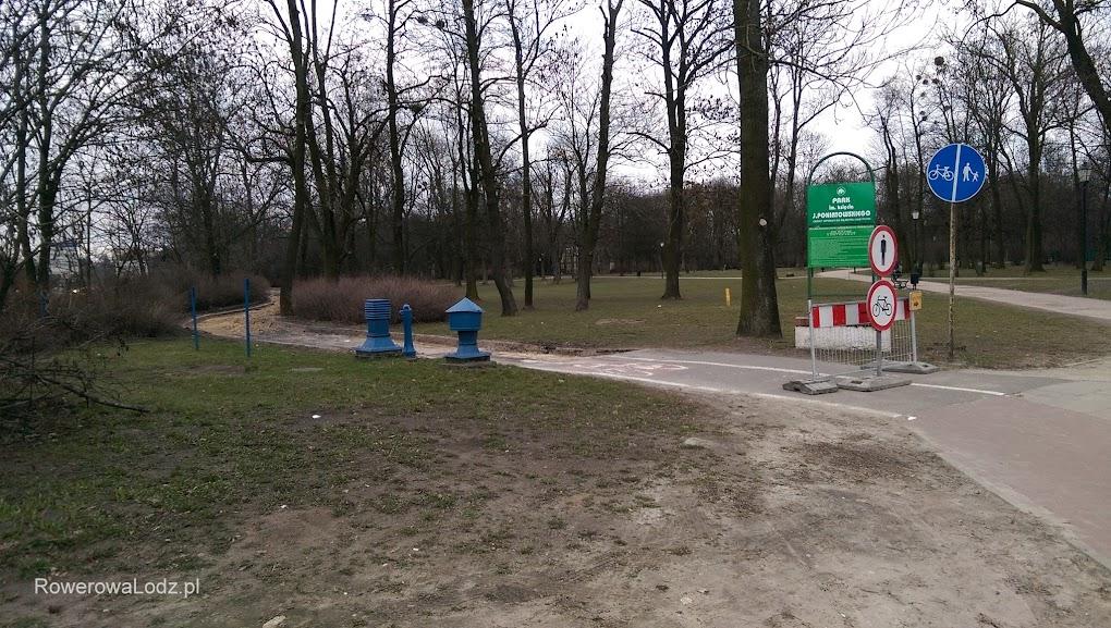 Przy skrzyżowaniu z al. Jana Pawła II stoją barierki i tablice mówiące o objeździe