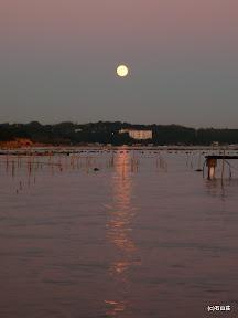 2009/12/2に出ました夕陽に照らされる満月です。本当にまん丸なお月様が夕闇空の中に浮かんでました。