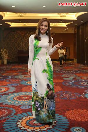 Phương Trinh Jolie diện áo dài vẫn sexy