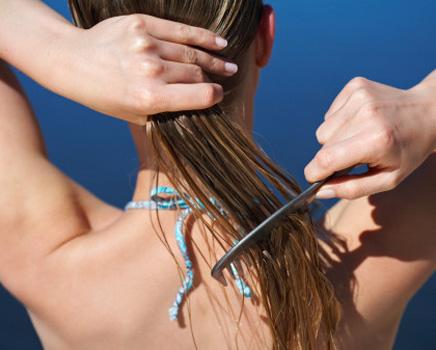 Penteando os cabelos com pente de cerdas largas