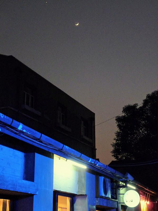 Shanghai,dans l'ex concession Française.Ruelles d'un mini quartier branché...croissant de lune sur la ville