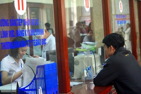 Nguoi dan di lam thu tuc hanh chinh o quan Nam Tu Liem Ha Noi