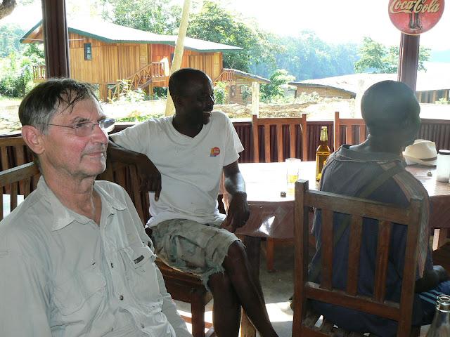 M. Abah Tobie, le responsable du Site d'Ebogo (au centre). Ebogo (Cameroun), 20 avril 2013. Photo : C. Renoton