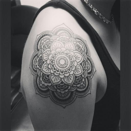 Mandala desenho de tatuagem no ombro