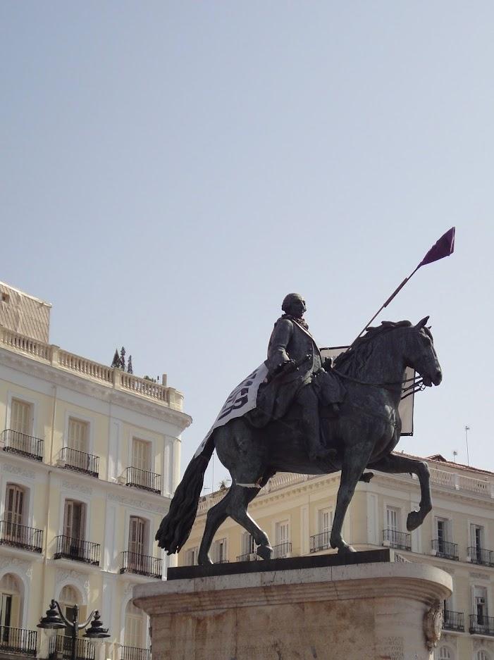 Statue de Charles III sur la Puerta del Sol à Madrid