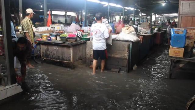 Banjir Rendam Pasar Tradisional dan Jalur Jombang - Madiun