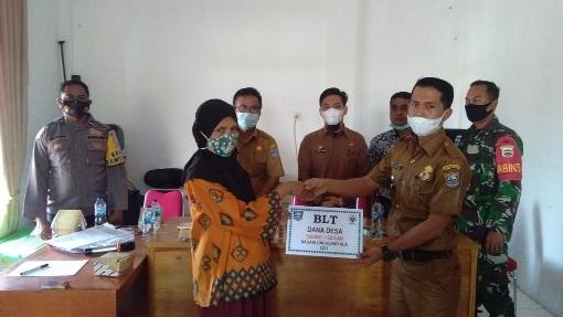 220 Orang Warga Nagari Lingkuang Aua Terima BLT Dana Desa.