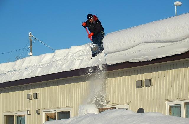 8戸分の雪庇を落とします