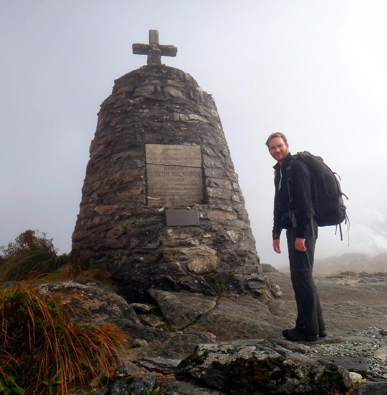 Wir erreichen das McKinnon Memorial am Pass