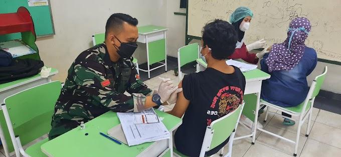 Pendampingan Babinsa Koramil 07/Cipayung Pada Giat Vaksin Massal di Pondok Pesantren Alhamid