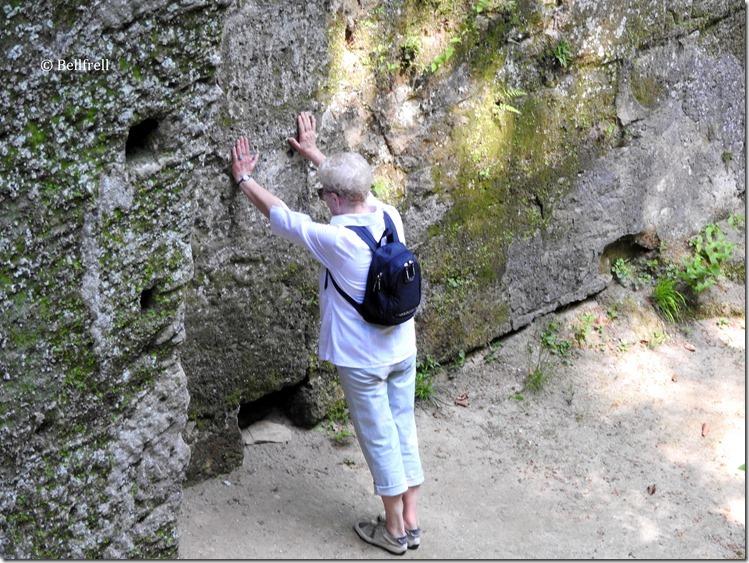 Senioren stützen Felsen