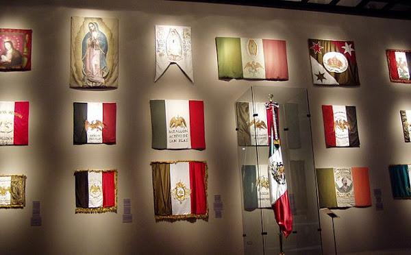 Imágenes de todas las banderas de México en museo