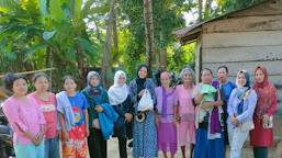 Melalui Tim KJB, Sejumlah Mama Muda Bagi-Bagi Sembako di Desa Jebak