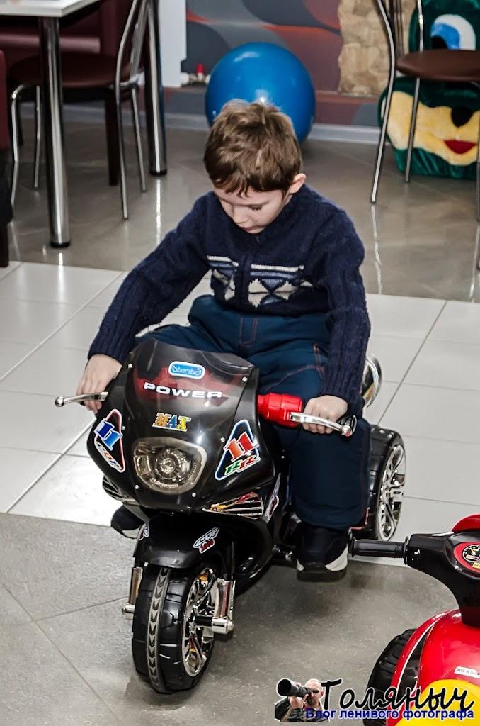 Этот электрический мотоцикл - тоже в кафе, чтобы дети не скучали