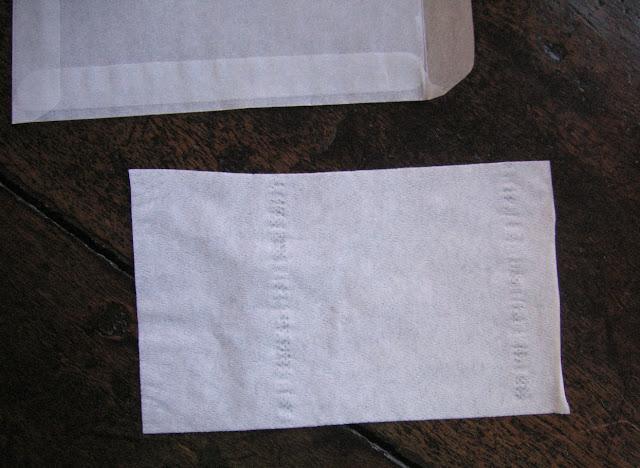 3. Petit rectangle de papier hygiénique de 5,7 cm x 9,7 cm à glisser dans la pochette comme cloison pour placer deux bêtes de chaque côté en les décalant. En séchant, elles gaufrent un peu le papier, ce qui les cale convenablement.