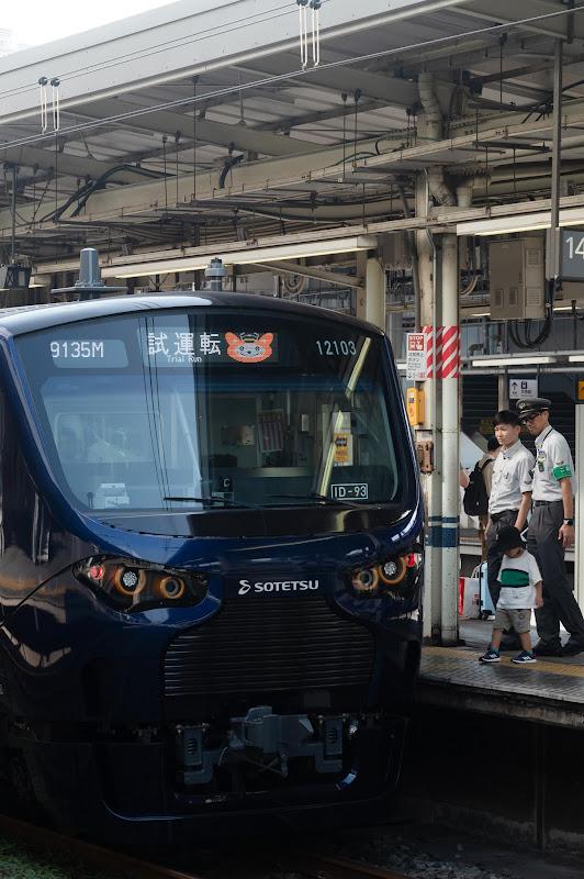 190824 そうにゃんを表示して品川駅停車中の相鉄12000系