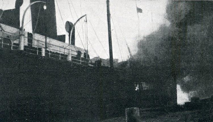 El incendio en la cubierta de proa. Se aprecia la bandera roja del texto del diario. De la revista LA VIDA MARITIMA. Año 1915.jpg