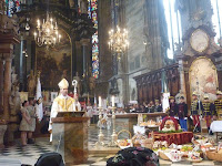 Udvardy György püspök atya szentbeszédet tart.JPG