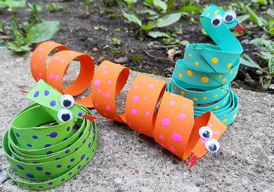 змея из рулонов от туалетной бумаги