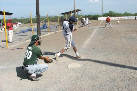 Brandon Montemayor de Yankees en el softbol del Club Sertoma.