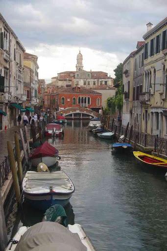 Canal vénitien par temps d'orage.