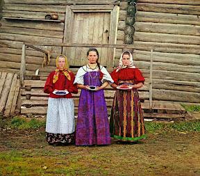 Крестьянские девушки. Деревня Топорня. Вологодская губерния, 1909 год (Сергей Михайлович Прокудин-Горский)