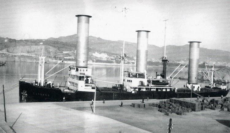 El vapor a rotores Flettner BARBARA. Curiosa foto de las operaciones en el puerto. Año 1928.JPG