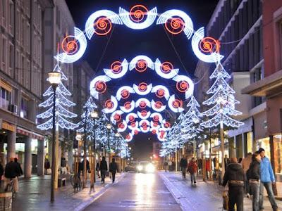 Abendliche Weihnachtsstimmung in den Straßen von Mulhouse