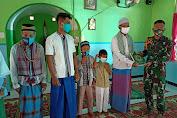 Satgas Pamtas Yonarmed 6/3 Kostrad Bagikan Daging Qurban dan Al-Quran Kepada Masyarakat Perbatasan