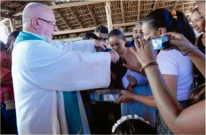 Don Ugo Montagner battezza una bambina