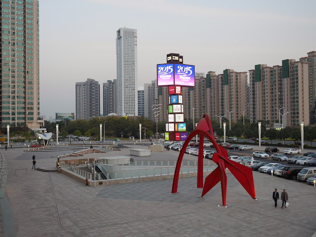 sculpture resembling Alexander Calder's Flamingo at the Huafa Mall plaza in Zhuhai
