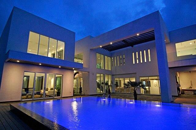 fachadas-de-casas-modernas-y-lujosas8