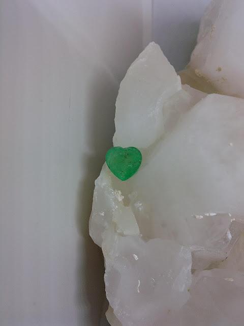 Ngọc Lục Bảo thiên nhiên mài giác trái tim