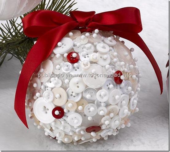 decora bolas de navidad forradas con botones