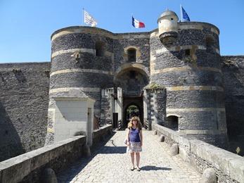 2017.06.18-003 Stéphanie devant le château