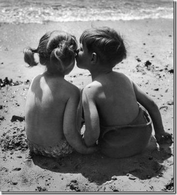 niños besandose (1)