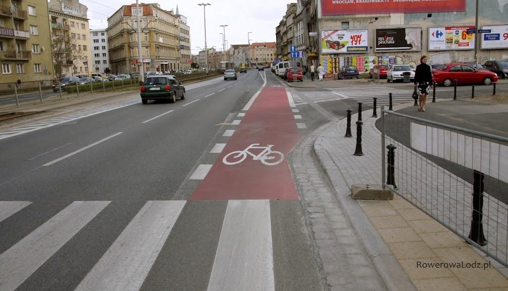 A na skrzyżowaniu pas rowerowy jest dodatkowo wyróżniony kolorową farbą