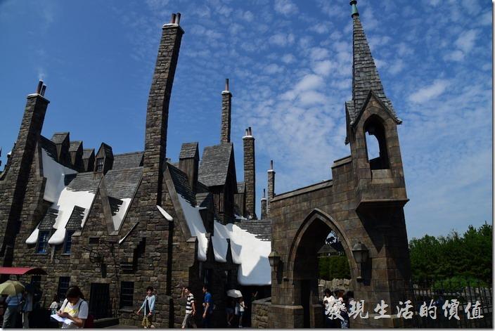 日本大阪-環球影城。這彎曲的煙囪似乎是哈利波特電影中的特色。