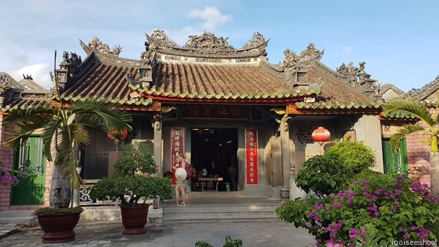 The Assembly Hall is in fact a temple that holds the sea goddess Thien Hau, the goddess Thuan Phong Nhi, who is able to hear the distress calls of ships even a  thousand miles away, and the goddess Thien Ly Nhan, who is able to see these distant ships.