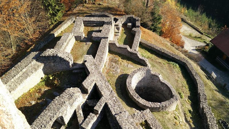 Sicht auf die Burganlage vom Bergfried aus