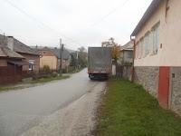 06-Megérkezett az adomány további adagját szállító autó,amely idefeléjövett megmaradt ruhákat hozott a rászoruló gömöri családoknak.JPG