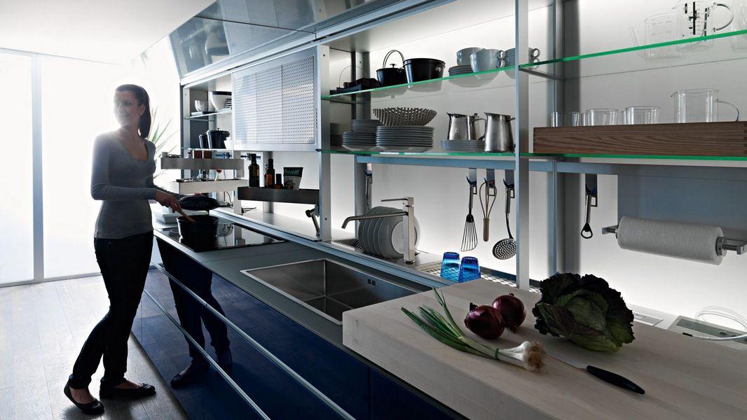 VALCUCINE-cucina-ergonomica-alluminio-vetro-blu 2.jpg
