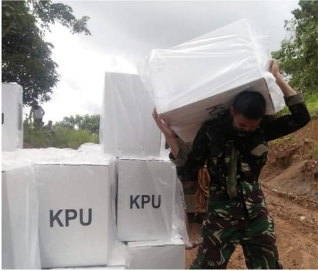 Perjuangan Babinsa Saat Pendistribusian Logistik Pilkada di Ambalau