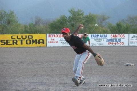 Roberto González lanzando por Los H en el softbol del Club Sertoma
