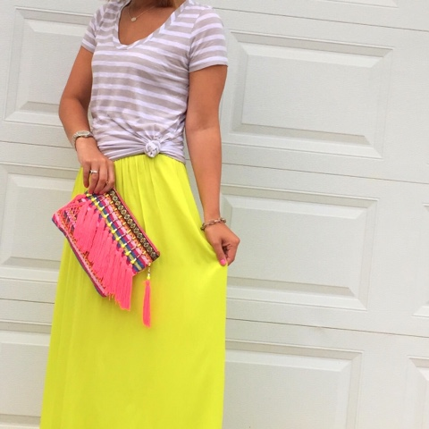 how to wear a knotted tee, maxi skirt, tassel clutch, boho chic