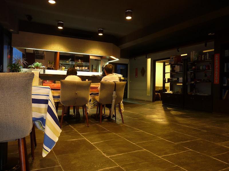 Un ancien  bâtiment militaire transformé en hôtel restaurant>Une vue mer EXCEPTIONNELLE,mais c'était le soir...